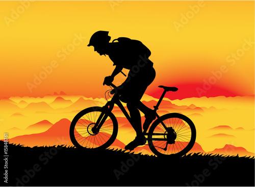 rowerzysta-gorski-o-zachodzie-slonca-brak-przejrzystosci
