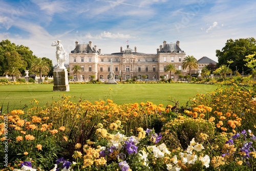 In de dag Parijs Luxembourg Palace with flowers
