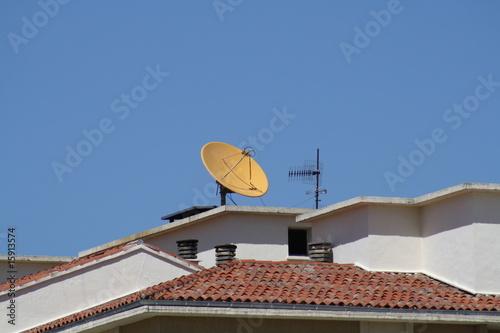 Fotografía  Antena parabolica amarilla en el tejado.