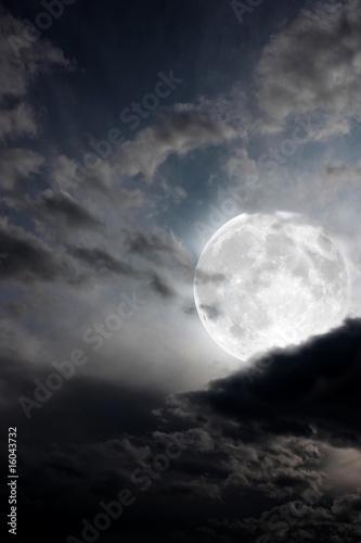 Foto op Plexiglas Indonesië Luna piena tra le nuvole