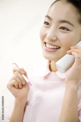 Fotografía  電話対応をする女性