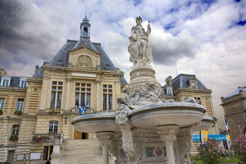 Staande foto Fontaine france,normandie,evreux : hôtel de ville et fontaine