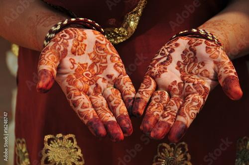 rece-ozdobione-henna
