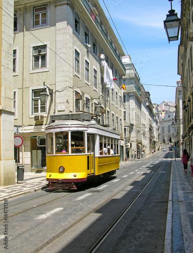 stary-zolty-tramwaj-w-lisbon-srodmiesciu-portugalia