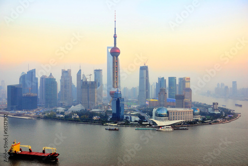 Tuinposter Shanghai China Shanghai Pudong skyline at sunset.