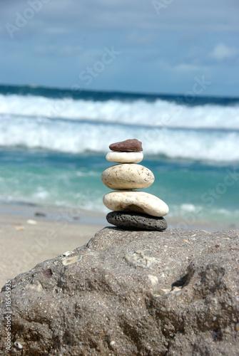 Photo sur Plexiglas Zen pierres a sable cailloux zen sur une plage