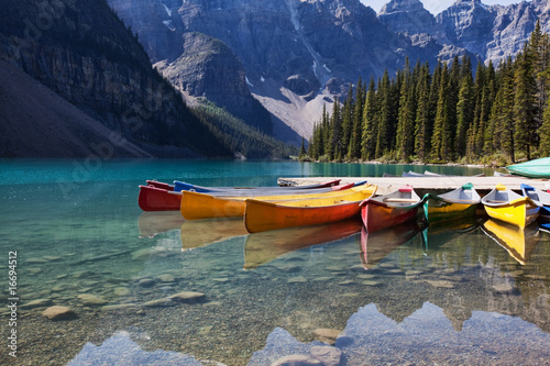 Foto auf Gartenposter Kanada Canoes on Moraine Lake