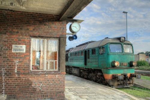 lokomotywa-spalinowa-stojaca-na-peronie-stacji