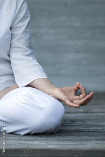 Frau macht Yoga auf Terasse. Detailaufnahme