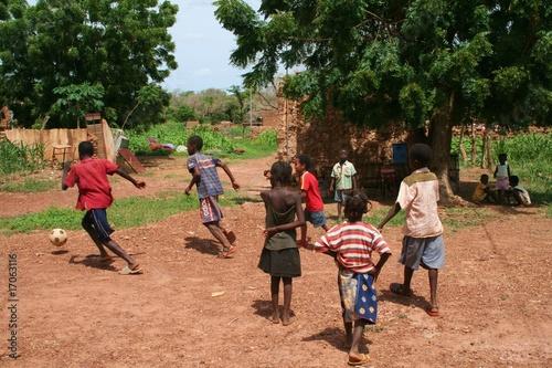 Staande foto Afrika jeu d'enfants au village