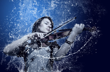 Muzyk grający na skrzypcach pod wodą