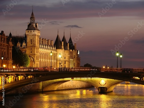 Photo sur Toile Paris Paris - La conciergerie au crépuscule
