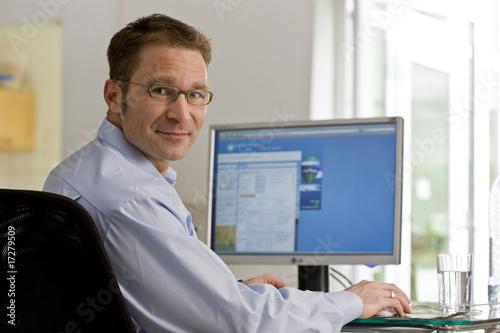 Mann vor Monitor