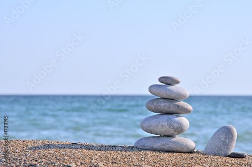 Photo sur Plexiglas Zen pierres a sable Pebble stack on the seashore