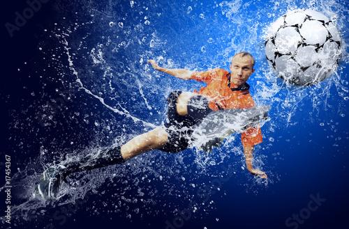 woda-opuszcza-wokolo-gracza-futbolu-pod-woda-na-blekitnym-backgroun