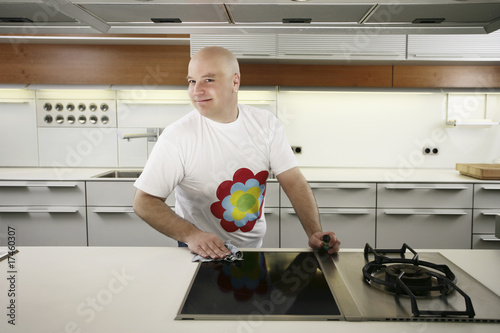 Valokuva  Man cleaning kitchen