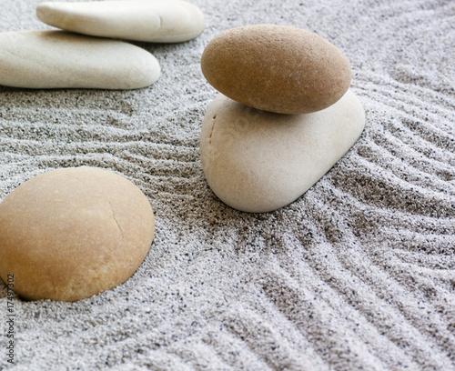 Photo sur Plexiglas Zen pierres a sable galets zen sur sable fin