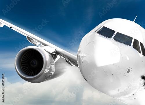 dziob-samolotu-i-lewy-silnik-w-zblizeniu-podczas-loty