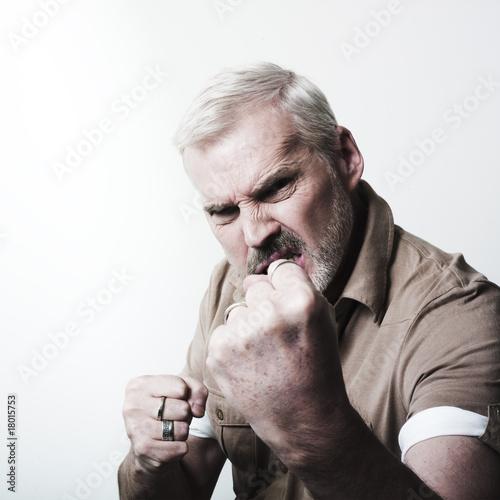 Photo  homme mûr énervé combat corps-à-corps