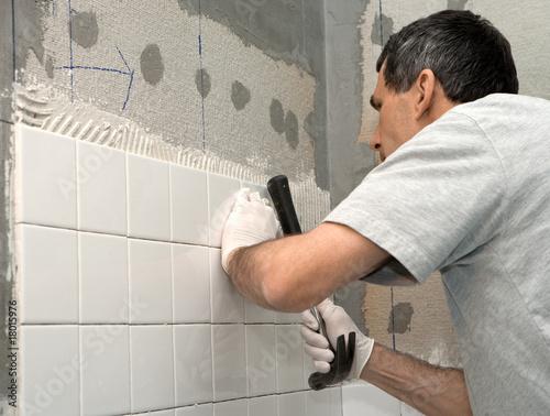 Valokuva  Man Tiling A Bathroom Wall