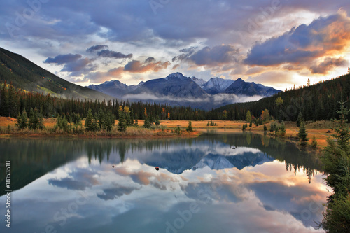 Photo sur Aluminium Piscine The cold lake, forest and snow mountains in Canada