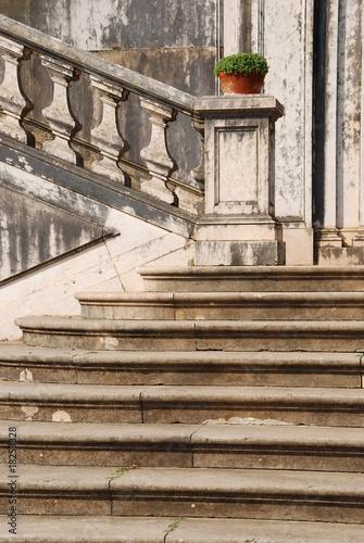 detal-architektoniczny-antyczne-schody-z-kamiennymi-schodami