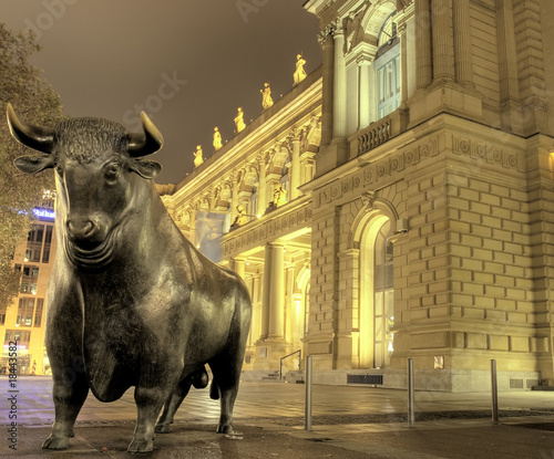 Skulptur Bulle bei Nacht, Frankfurter Börse