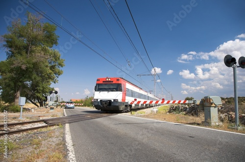 train at level crossing Canvas-taulu