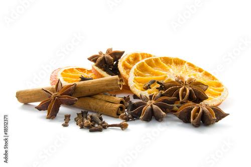 Fototapeta Getrocknete Orangen und Gewürze obraz