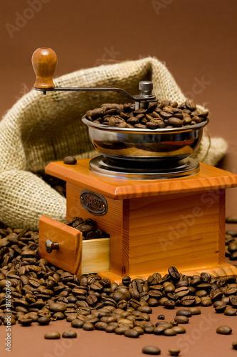 Keuken foto achterwand Koffiebonen grinder and coffee beans