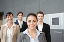 Freundliche Frau Mit Business Team In Rücken In Büro
