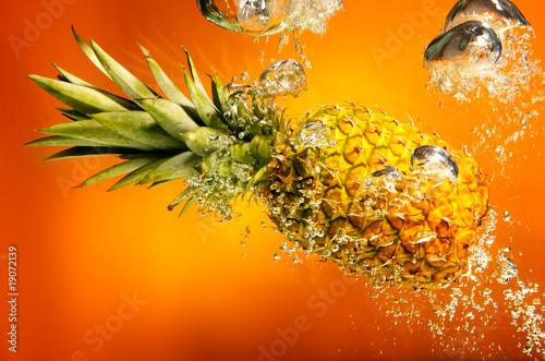 ananas w wodzie, bąble, woda