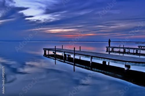 Fotobehang Pier hombre solo en el mar