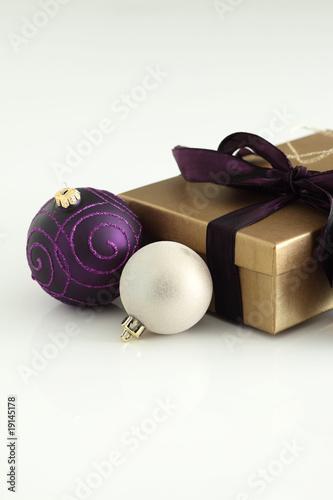 Christbaumkugeln Violett.Weihnachten Deko Lila Und Weisse Christbaumkugeln Mit