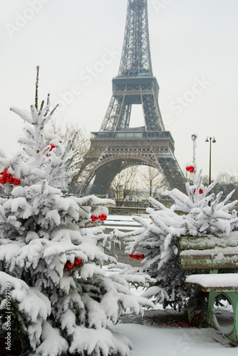 Keuken foto achterwand Parijs Rare snowy day in Paris. The Eiffel Tower and decorated Christma