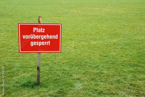 Leinwand Poster Schild auf Sportplatz: Platz vorübergehend gesperrt