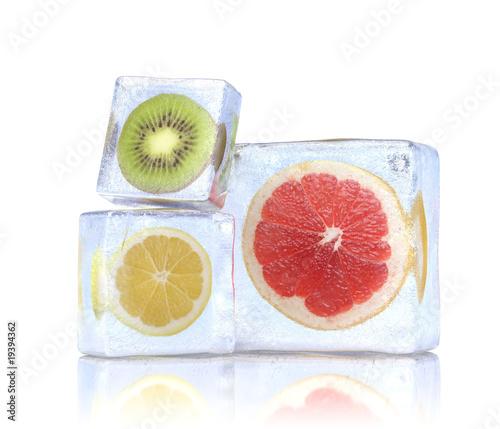 Poster Dans la glace Citrus slices in the ice cubes.