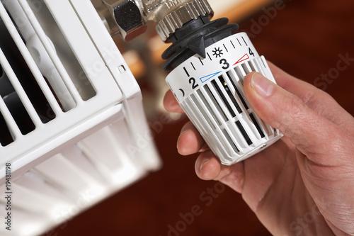 Fotografia  adjusting the radiator thermostat