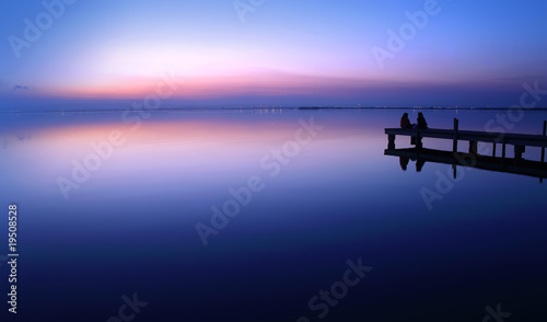 Fototapeten Pier novios en la puesta de sol