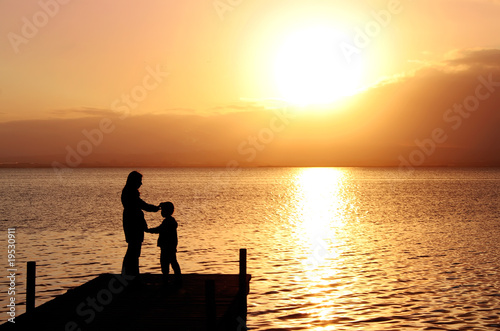 Fotobehang Pier madre e hijo en el paisaje