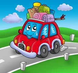 Slatki automobil s prtljagom na cesti