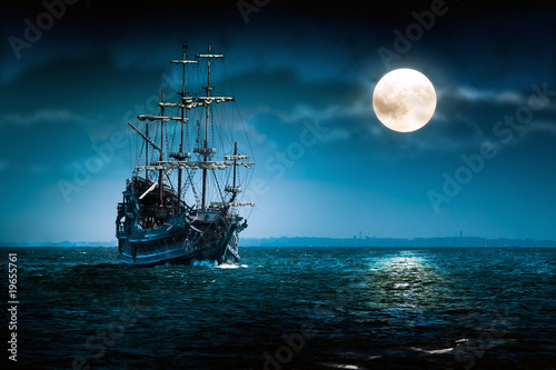 In de dag Schip Old pirate ship Flying Dutchman sailing to the moon