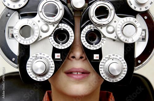 Fotografía  Boy getting eye exam