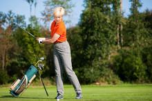 Ältere Golfspielerin