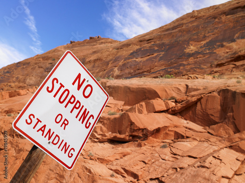Poster de jardin Parc Naturel No Stopping Sign With Rock Face in Background