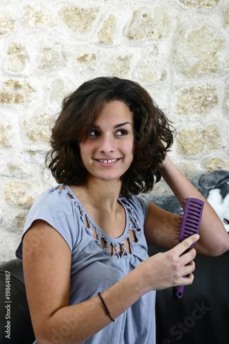 jeune femme en train de se coiffer pour être la plus belle Fototapet