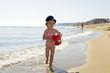 canvas print picture - Kleines Mädchen spielt am Strand.