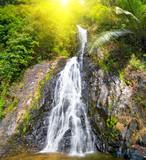 piękny kaskadowy wodospad - 20010596