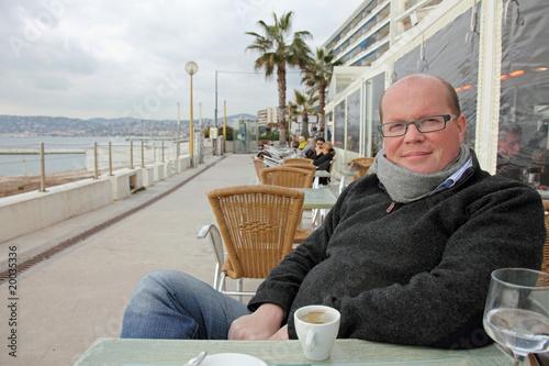 Cote D Azur En Hiver Homme Assis En Terrasse D Un Cafe Acheter