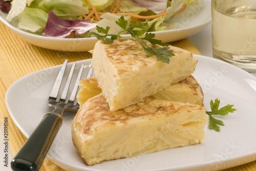 Fotografía  Spanish cuisine. Potatoes omelet.